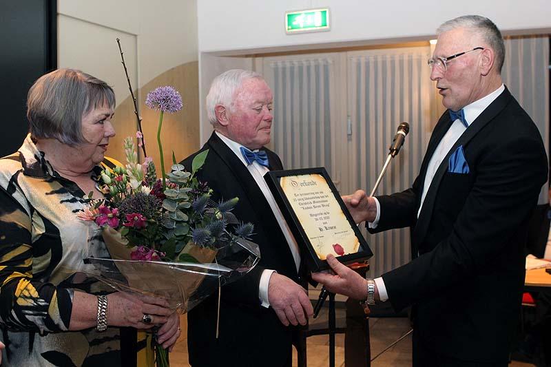 Henk Kroese ontvangt de oorkonde