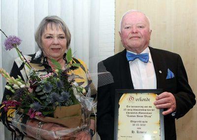 Henk Kroese en echtgenote met de oorkonde